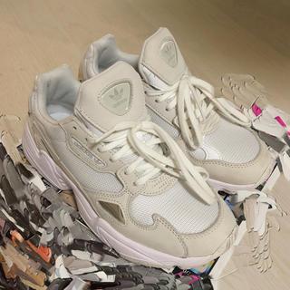 アディダス(adidas)のアディダス ファルコン トリプルホワイト W(スニーカー)