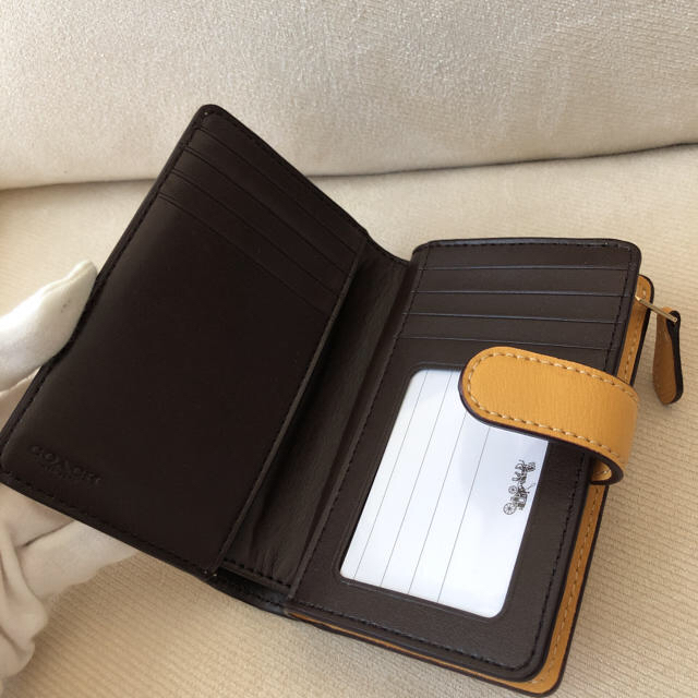 COACH(コーチ)の2020年秋冬新作★COACHシグネチャーレザー 二つ折り財布 イエローハニー  レディースのファッション小物(財布)の商品写真
