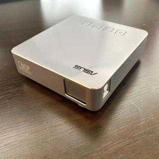 エイスース(ASUS)のASUS S1 モバイルプロジェクター(使用数回)(プロジェクター)