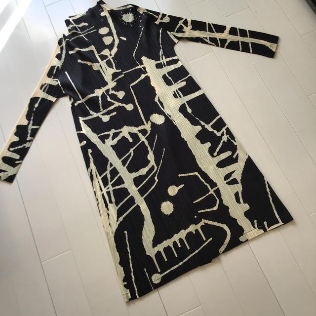 ISSEY MIYAKE(イッセイミヤケ)のイッセイミヤケプリーツプリーズ  RAINシリーズ ロングコート 未使用 レディースのジャケット/アウター(ロングコート)の商品写真