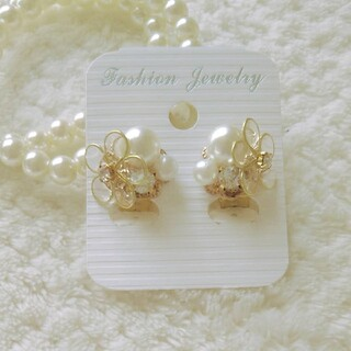 【上品な印象に…**】Flower & big pearl earring