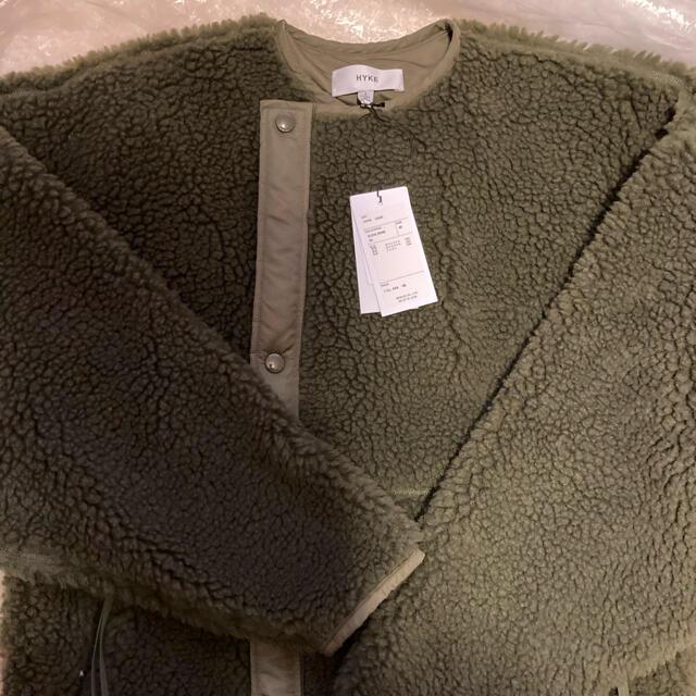 HYKE(ハイク)の新品未使用 HYKE   別注カラー ボアコート オリーブ レディースのジャケット/アウター(ロングコート)の商品写真