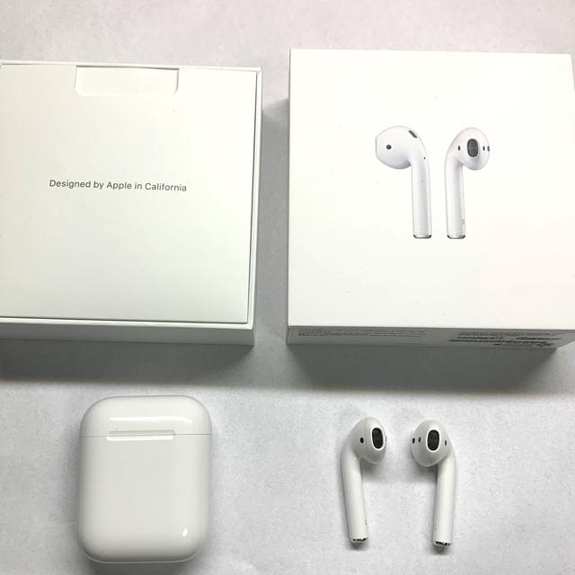 Apple(アップル)のApple AirPods with Charging Case (第2世代) スマホ/家電/カメラのオーディオ機器(ヘッドフォン/イヤフォン)の商品写真
