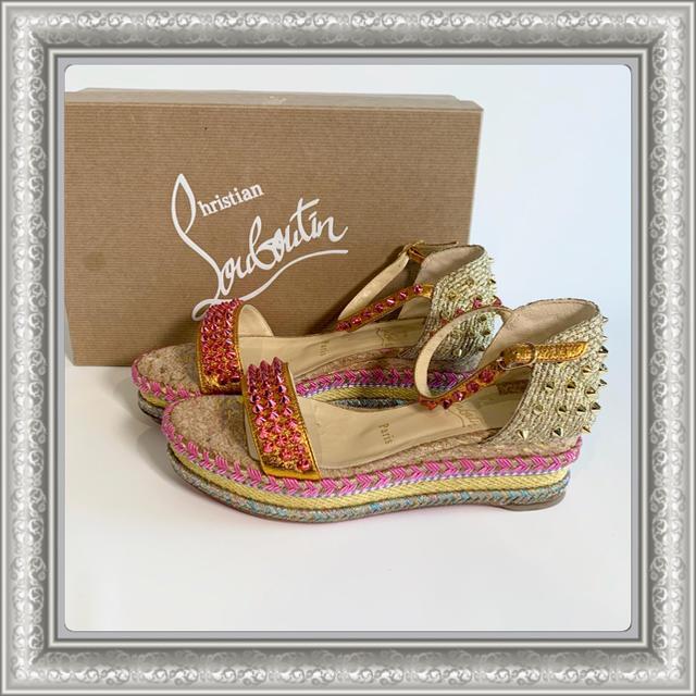 Christian Louboutin(クリスチャンルブタン)のクリスチャンルブタン サンダル スタッズ ウェッジソール ゴールド ピンク 37 レディースの靴/シューズ(サンダル)の商品写真