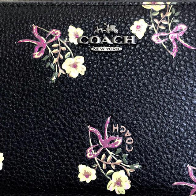 COACH(コーチ)のOACH コーチ 長財布,黒地に散りばめた愛らしいお花ラウンドジップ大容量 レディースのファッション小物(財布)の商品写真