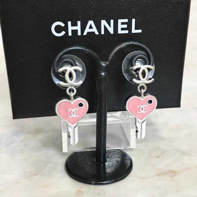 CHANEL(シャネル)の正規品 シャネル ピアス ハート 鍵 ココマーク カギ シルバー ピンク キー レディースのアクセサリー(ピアス)の商品写真