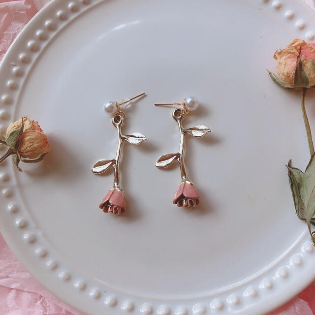美女と野獣ピンクバラパールピアス♡イヤリング ツイステ ディズニーシー 量産型 レディースのアクセサリー(ピアス)の商品写真