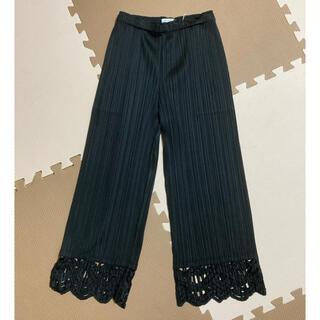 プリーツプリーズイッセイミヤケ(PLEATS PLEASE ISSEY MIYAKE)のプリーツプリーズ 裾飾り付きパンツ ブラック(カジュアルパンツ)