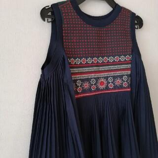ノースリーブブラウスプリーツ刺繍(シャツ/ブラウス(半袖/袖なし))