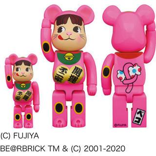 メディコムトイ(MEDICOM TOY)のBE@RBRICK 招き猫 ペコちゃん 蛍光ピンク 100%&400%(キャラクターグッズ)