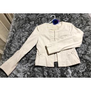 エニィスィス(anySiS)のノーカラースーツジャケット クリームホワイト S(ノーカラージャケット)