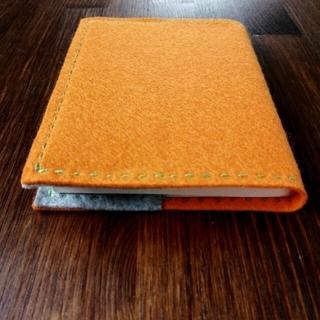 ハンドメイド フェルトに刺繍のブックカバー オレンジ✕グレー 手帳カバー(ブックカバー)
