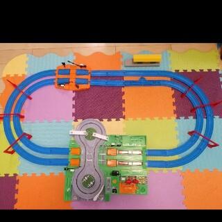 タカラトミー(Takara Tomy)のトミカと遊ぼう!DX踏切ステーション+駅とつながる複線レールセット(電車のおもちゃ/車)