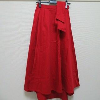 アースミュージックアンドエコロジー(earth music & ecology)の【新品未使用】赤色ウエストリボン付きフィッシュテールロングスカート(ロングスカート)