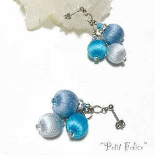 刺繍糸のツヤが美しい*ライトブルー系の巻き玉を連ねたピアス ポストタイプ(ピアス)