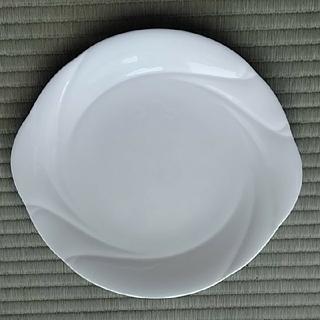 ノリタケ(Noritake)の大皿2枚 未使用ノリタケ耳付ケーキ皿と 昭和レトロな虹色釉大皿(食器)