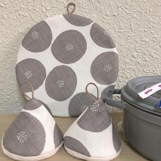 ストウブ(STAUB)のあんぱん柄 24センチ以上対応鍋敷と三角鍋つかみ(収納/キッチン雑貨)