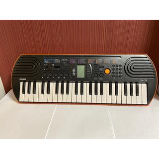 カシオ(CASIO)のカシオSA-76 ミニキーボードオレンジ&ブラック(電子ピアノ)