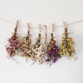 5色のボリュームバラと小花の彩りドライフラワーガーランド/アンティークタグ付き(ドライフラワー)
