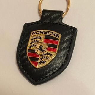 ポルシェ(Porsche)の【新品未使用】ポルシェ クレスト キーホルダー カーボン風(車内アクセサリ)