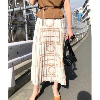 アメリヴィンテージ(Ameri VINTAGE)のAMERI CHAPLIN MESSAGE LOGO PLEATS SKIRT(ロングスカート)