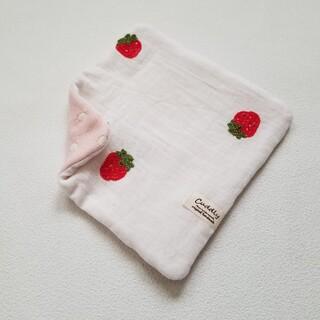 スクエアハンカチ 刺繍いちご あか ハンドメイド(ハンカチ)