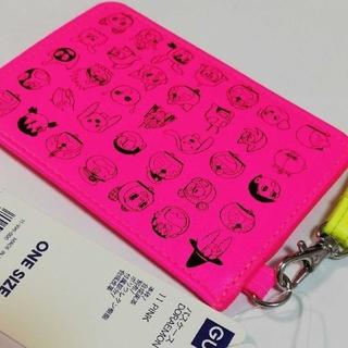 ジーユー(GU)のGU ASOKO DORAEMON 定期入 パスケース 蛍光 ピンク ドラえもん(名刺入れ/定期入れ)