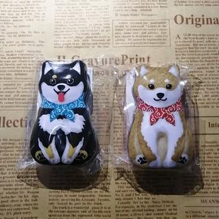 カルディ(KALDI)のカルディKALDI ミニワンコボールチョコ缶 柴犬と黒柴の2個セット(小物入れ)