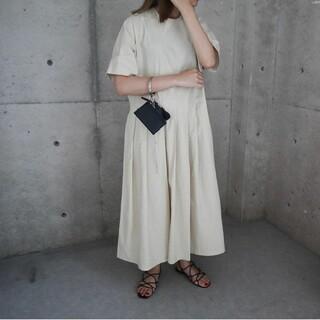 ドゥーズィエムクラス(DEUXIEME CLASSE)のeLLa half sleeve pleats dress beige ワンピ(ロングワンピース/マキシワンピース)