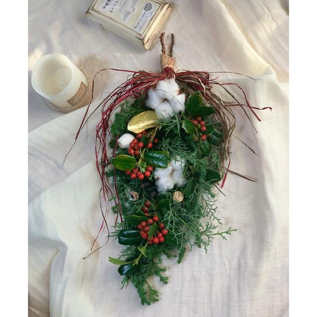 縦長クリスマススワッグインテリア プレゼント ホワイト 45cm ハンドメイドのフラワー/ガーデン(ドライフラワー)の商品写真