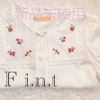 フィント(F i.n.t)のクランベリー刺繍スクエア衿ブラウス / F i.n.t(シャツ/ブラウス(半袖/袖なし))