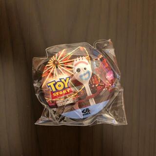 トイストーリー(トイ・ストーリー)のくら寿司 ピクサー 缶バッジ フォーキー(バッジ/ピンバッジ)