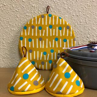 ストウブ(STAUB)のストウブ24センチ以上鍋敷と三角鍋つかみセット 北欧(収納/キッチン雑貨)