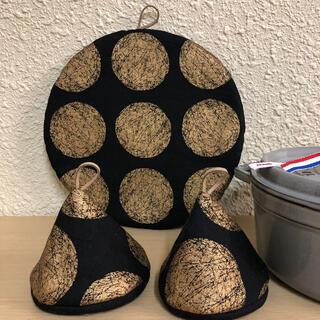 ストウブ(STAUB)のストウブ24センチ以上対応鍋敷と三角鍋つかみ(収納/キッチン雑貨)