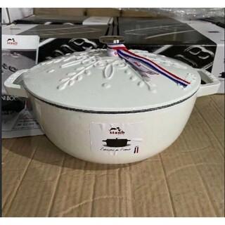 STAUB - 鋳鉄STAUBエナメル鍋 24cm 浮き雕り雪花鍋