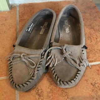 ミネトンカ(Minnetonka)のミネトンカ モカシシ グレー ローファー  サイズ6(ローファー/革靴)