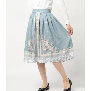 アクシーズファム(axes femme)のバラスカーフ柄スカート グリーン(ひざ丈スカート)