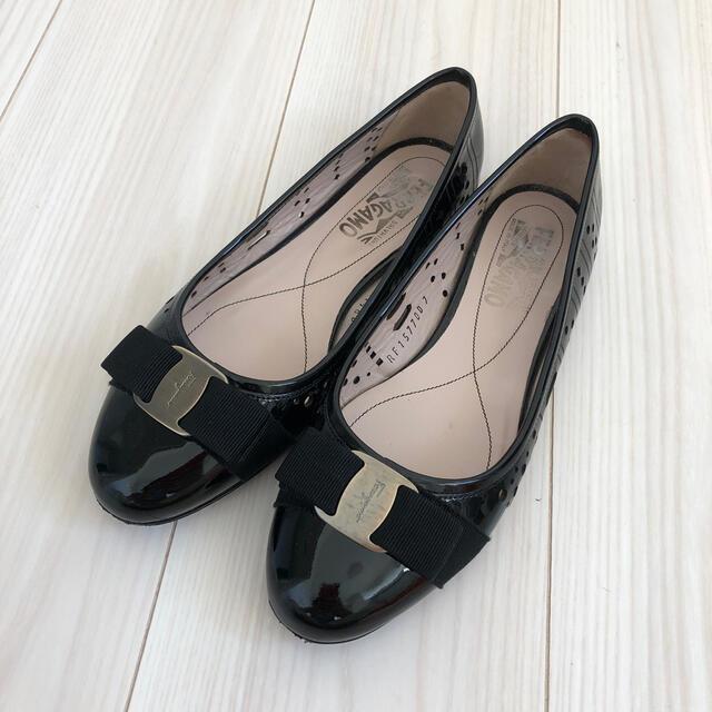 Salvatore Ferragamo(サルヴァトーレフェラガモ)のサルヴァトーレ フェラガモ   エナメルレザー フラット パンプス ブラック レディースの靴/シューズ(バレエシューズ)の商品写真
