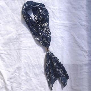 ジーナシス(JEANASIS)の新品 美品 ジーナシス スカーフ フラワー 花柄 ネイビー ブルー(バンダナ/スカーフ)