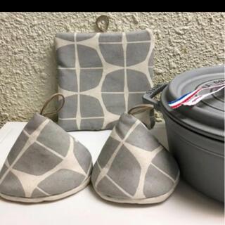ストウブ(STAUB)のストウブ三角鍋つかみと鍋敷セット 北欧(収納/キッチン雑貨)