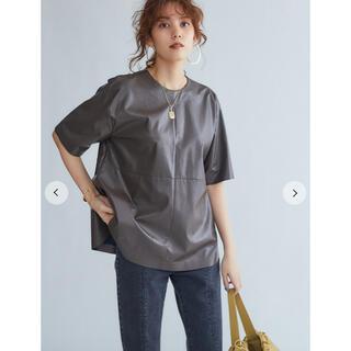 ミラオーウェン(Mila Owen)の新品 Mila Owen シャツカーブフェイクレザーTシャツ レザーTシャツ(Tシャツ(半袖/袖なし))