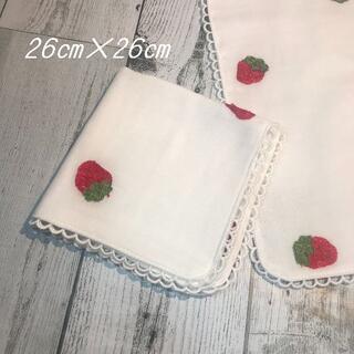 ハンドメイド 苺刺繍 4重ガーゼ レース ハンカチ 1枚(ハンカチ/バンダナ)