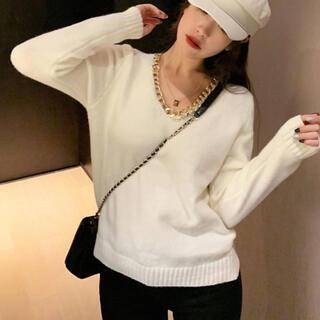 エゴイスト(EGOIST)のチェーンネックレス付きセーター(ホワイト)(ニット/セーター)