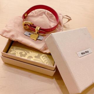 ミュウミュウ(miumiu)のmiumiu ハートチャーム ブレスレット クロコ型押し レザー ピンク(ブレスレット/バングル)