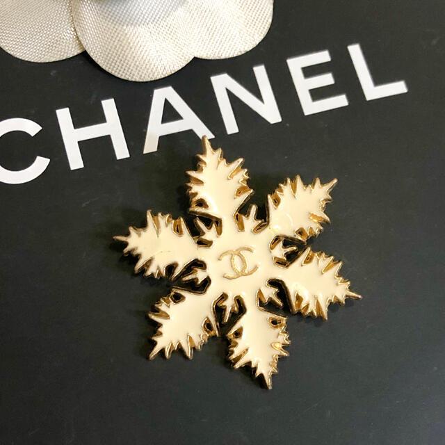 CHANEL(シャネル)の正規品 シャネル ブローチ 雪の結晶 ゴールド ココマーク ロゴ 金 スノー 白 レディースのアクセサリー(ブローチ/コサージュ)の商品写真