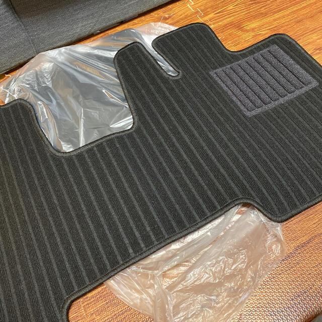 新品未使用スペーシアカスタム フロアマット 黒 MK53S 自動車/バイクの自動車(車種別パーツ)の商品写真