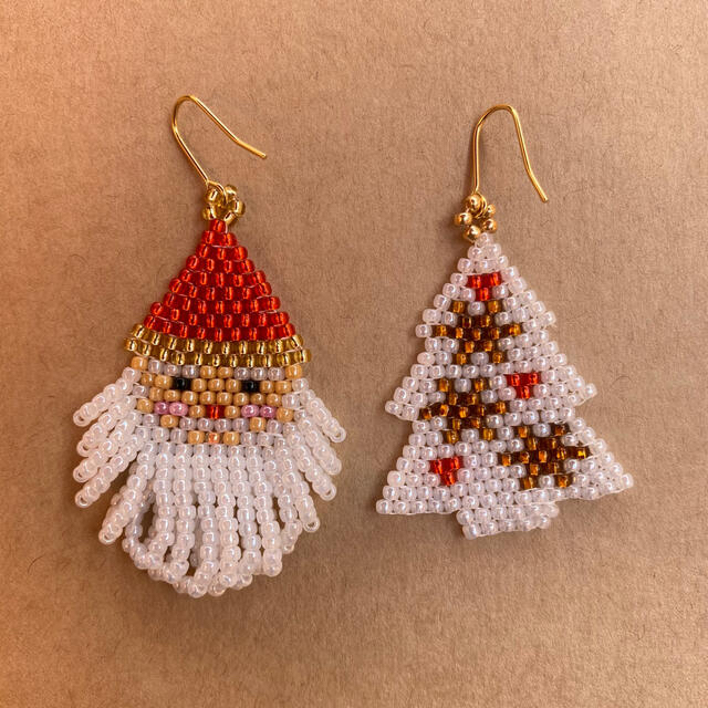 クリスマス サンタ ツリー(雪の結晶)ビーズステッチ ピアス ハンドメイドのアクセサリー(ピアス)の商品写真