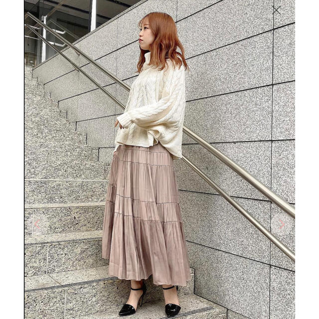 COCO DEAL(ココディール)のLILLIAN CARAT ピーチサテンティアードスカート ハニーモカ レディースのスカート(ロングスカート)の商品写真