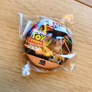 トイストーリー(トイ・ストーリー)の【新品】くら寿司 ウッディ 缶バッジ(バッジ/ピンバッジ)