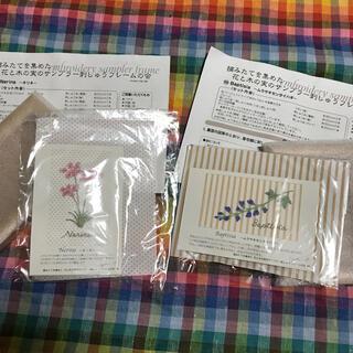 フェリシモ(FELISSIMO)のフェリシモ 青木和子 花と木の実のサンプラー 2点セット 7(生地/糸)